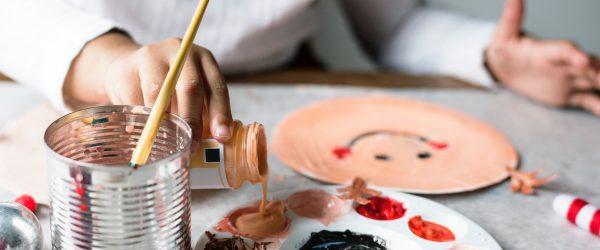 Taidekurssilla voi kehittää maalaustaitoja.
